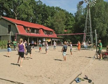 Das Summercamp mit Volleyballplatz - Quelle: Summercamp Heino